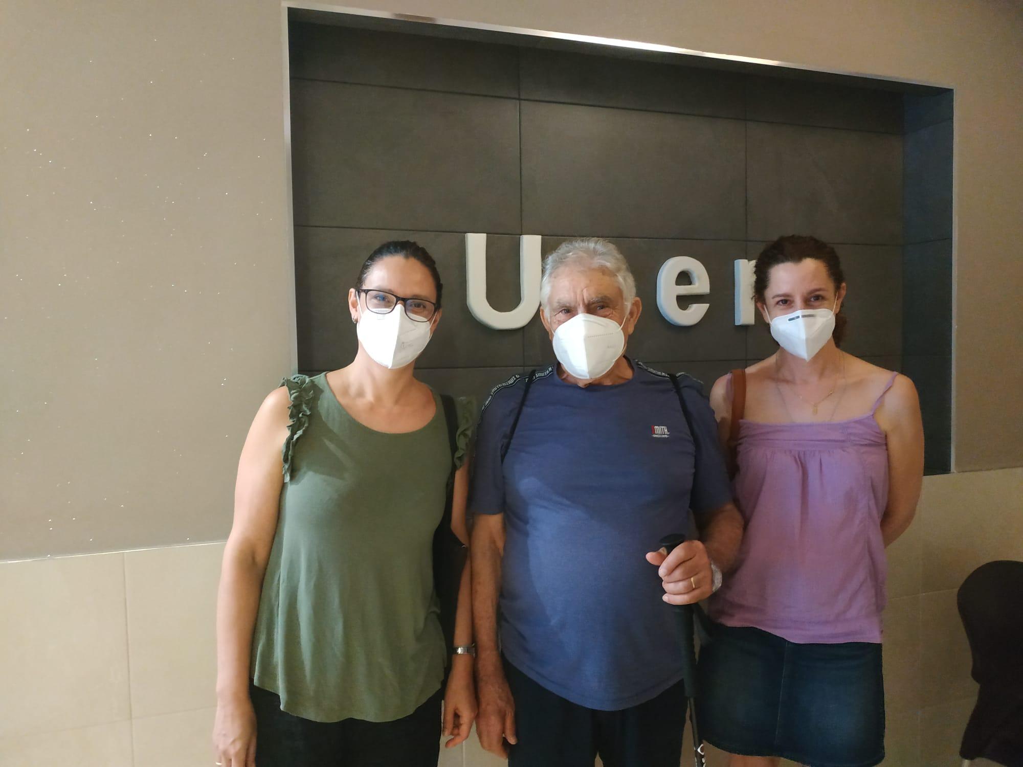 Jose María junto a sus hijas el día del alta en Uner