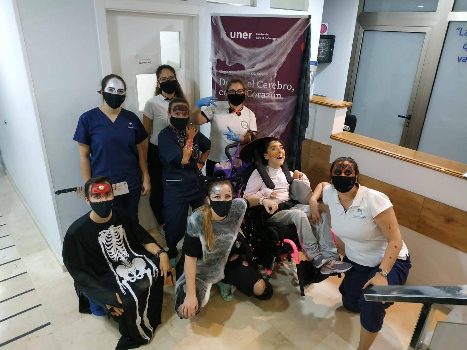 Pacientes, terapeutas y maquilladoras celebrando Halloween en Fundación Uner