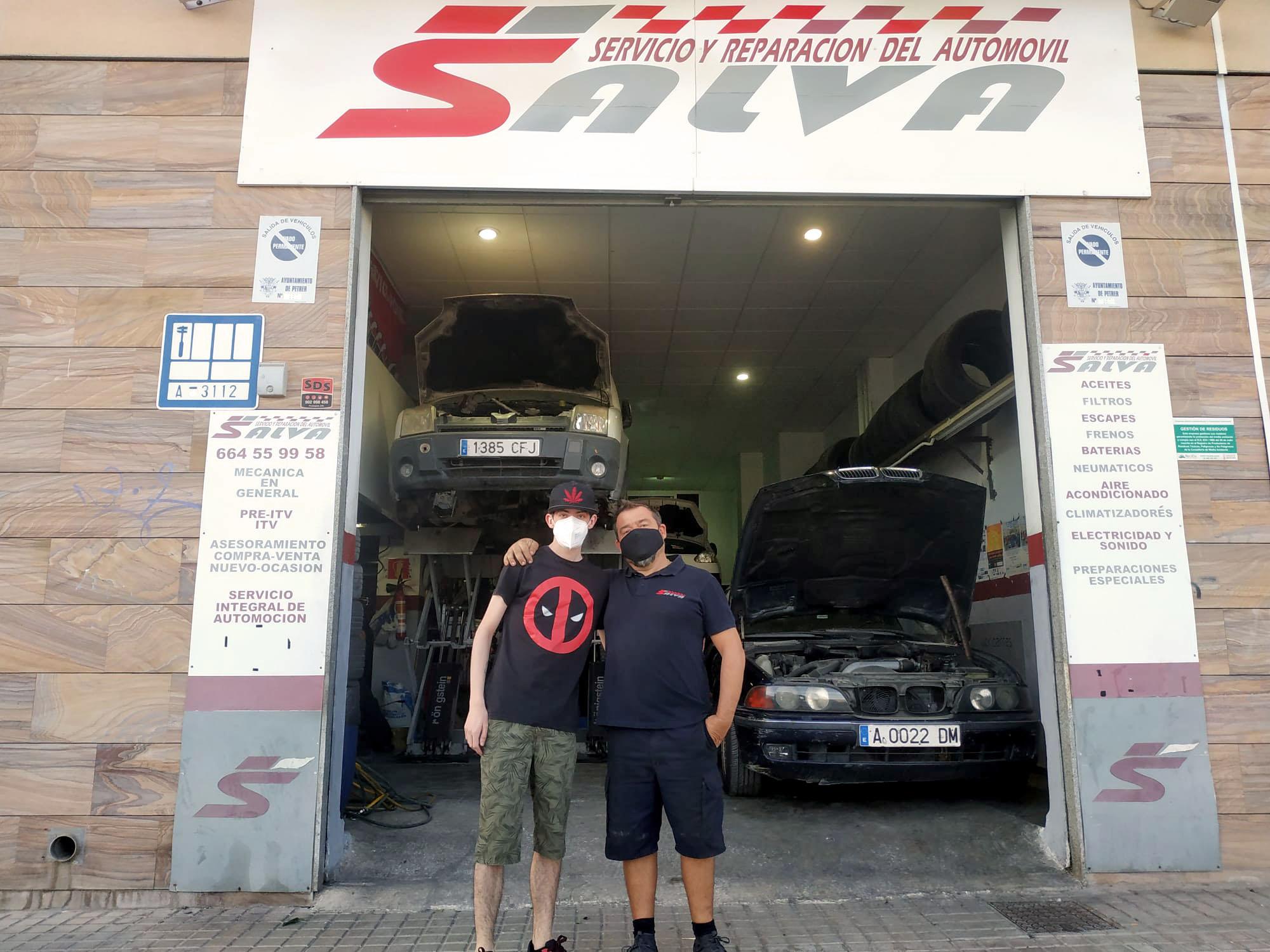Salva (mecánico de coches) y Kevin (paciente con alteraciones cerebrales) frente al taller