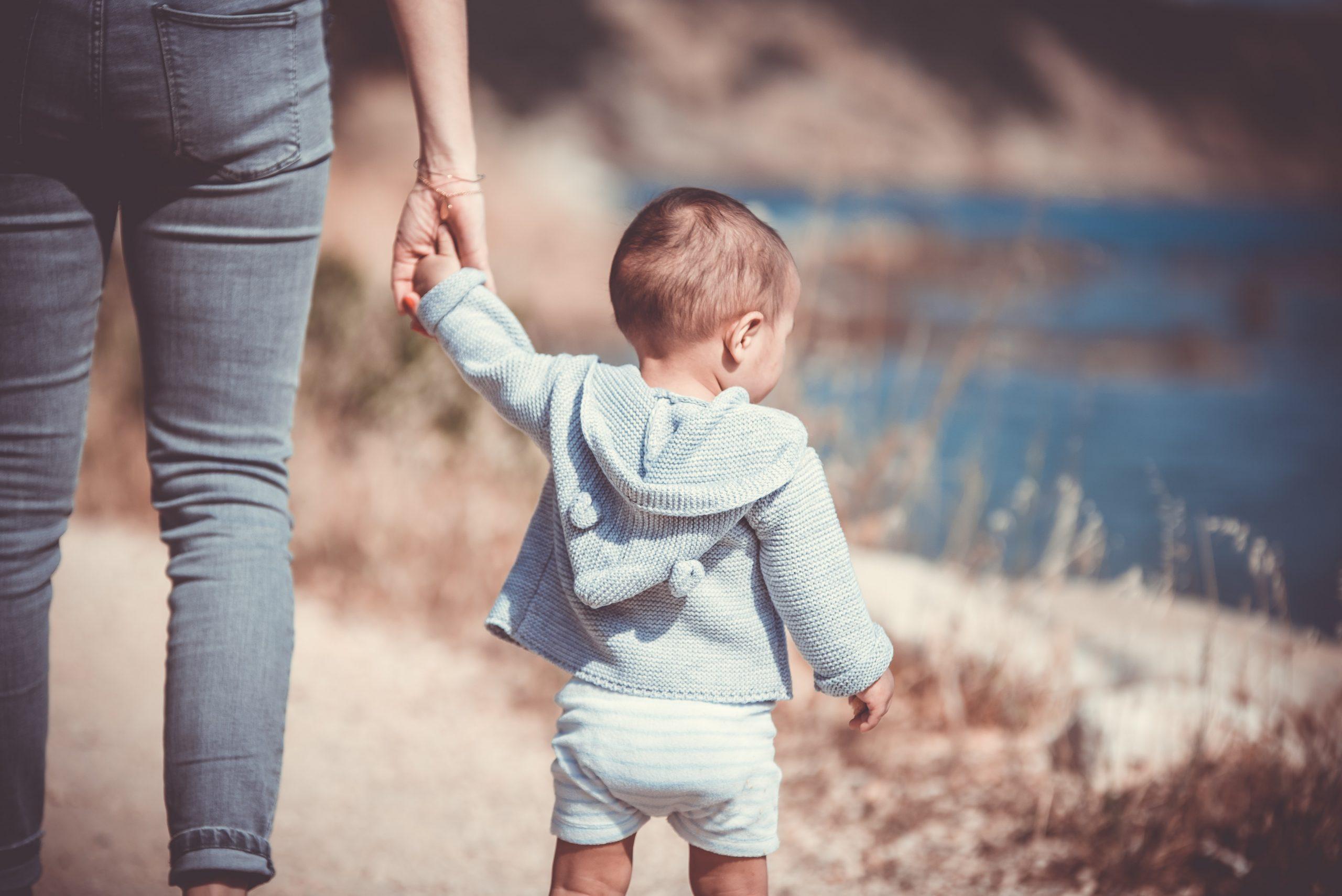 niños que caminan de puntillas